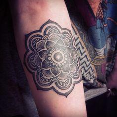 loooove this lotus mandala Simple Lotus Tattoo, Lotus Flower Tattoo Design, Mandala Tattoo Design, Henna Tattoo Designs, Design Tattoos, Trendy Tattoos, Tribal Tattoos, Tattoos For Women, Tattoos For Guys