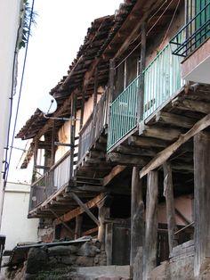 Arquitectura tradicional en Valdastillas. Adaptarse al terreno requiere de estas bellas soluciones.