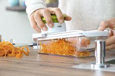 Sicheres und schnelles Raspeln. #emsa #emsagmbh #raspeln #reibe #multireibe #smartkitchen #salat