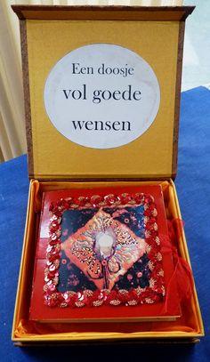 """Een doosje vol goede wensen voor een collega die afscheid neemt. In het doosje een """"enveloppenboekje"""" gevuld met kaarten van het hele team."""