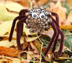 Spinne aus Zapfen und Pfeifenreinigern gebastelt