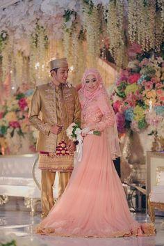 Gaun Kebaya Pernikahan Arum   Rizki OLEH LAKSMI - KEBAYA MUSLIMAH   ISLAMIC  BRIDE 0817 0370 7670 by LAKSMI - Kebaya Muslimah   Islamic Bride - 006 d63527823f