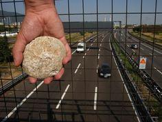 Gettano pietre dal cavalcavia, nei guai cinque 15enni - http://www.toscananews.net/home/gettano-pietre-dal-cavalcavia-nei-guai-cinque-15enni/