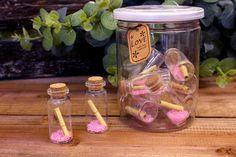 Μπουκαλάκια Ευχών 5cm GWB4063P  Μπουκαλάκια ευχών με ροζ λεπτομέρειες και τυλιγμένο χαρτάκι μηνυμάτων, για να γράψετε τις ευχές σας.Διαστάσεις μπουκαλιού: 2 x 5cmΔιατίθενται σε πλαστική κυλινδρική συσκευασία με καπάκι, η οποία περιέχει,10 μπουκαλάκια.