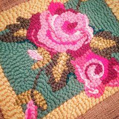 Listo, ahora a ver para que lo uso. Hoy estoy preparando tutoriales que voy a mandar en la semana por el newsletter. Como usar la aguja, materiales, como pasar dibujos y varios tips más. #mercadodehaciendo #bordado #embroidery #bordatetodo #decoaguja #hechoamano #handmade #flowers Embroidery Patterns, Hand Embroidery, Hook Punch, Sewing Stitches, Aesthetic Bags, Hand Tufted Rugs, Punch Needle, Rug Hooking, Rugs On Carpet