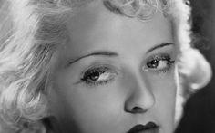 """Un carattere volitivo e determinato, uno sguardo magnetico e una presenza scenica tanto regale da accentrare ogni attenzione su di sé; un portamento autorevole e un carisma, davanti alla macchina da presa, che non ammette repliche. Un appellativo mai fuori luogo quello di """"first lady del cinema"""" se speso per Bette Davis, protagonista di una nuova puntata di Vite da star, viaggio nel mondo delle più brillanti stelle di Hollywood."""