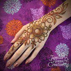 Henna Sunflower henna with orange glitter. Pretty Henna Designs, Latest Henna Designs, Mehndi Art Designs, Mehndi Images, Henna Tattoo Designs, Tattoo Ideas, Henna Tattoo Hand, Henna Body Art, Henna Art