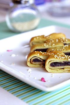 Red bean paste pancakes (豆沙锅饼) - Learn how to make red bean pancakes with this easy recipe. Makes crispy and tasty Chinese red bean pancakes. Snack Recipes, Dessert Recipes, Cooking Recipes, Malaysian Dessert, Malaysian Food, Red Bean Paste, Easy Chinese Recipes, Asian Desserts, Chinese Desserts