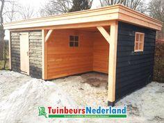 Dit mooie houtbouw tuinhuis, gecombineerd met een overkapping, is voorzien van een plat dak. Met de zwarte wanden en blanke staanders creëer je een luxe uitstraling!
