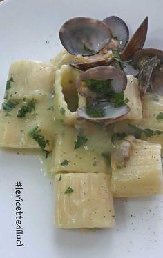 Il mezzo pacchero vongole e patate è un primo molto saporito. L'unione delle patate cotte con la cipolla con le vongole donano un sapore deciso ma delicato. I Love Food, A Food, Good Food, Food And Drink, Gourmet Recipes, Pasta Recipes, Real Food Recipes, Pasta Company, Mediterranean Dishes