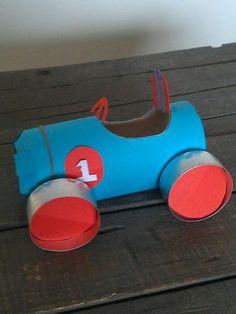 auto knutselen van wc rolletje en lege waxinelichtjes. Budget knutsel en recycle tip van Speelgoedbank Amsterdam voor kinderen en ouders.