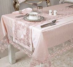 Shabby chic table settings tablecloths burlap runners Ideas for 2019 Shabby Chic Cafe, Shabby Chic Living Room, Shabby Chic Kitchen, Chevron Wall Decor, Shabby Chic Painting, Shabby Chic Christmas, Table Linens, Table Settings, Decoration