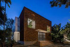 Cegła w nietypowym wydaniu. Ten dom jednorodzinny zachwyca! Luz Natural, Brick Facade, Brick Wall, Brick Building, Building A House, Recycled Brick, Square Windows, Glass Brick, Two Storey House