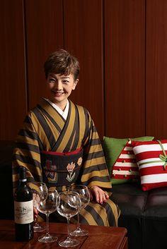 女優・一色采子の着物連載「母のタンス、娘のセンス」 Modern Kimono, Japan Woman, Japanese Design, Yukata, Japanese Kimono, Geisha, Bobs, Christmas Sweaters, Womens Fashion