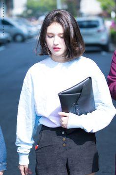 Korean Bob, Korean Short Hair, Short Hair With Bangs, Short Hair Styles, Short Bob Hairstyles, Hairstyles With Bangs, Kpop Outfits, Girl Outfits, Jeon Somi
