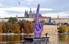 ΕΙΔΗΣΕΙΣ ΕΛΛΑΔΑ | Το «μεσαίο δάχτυλο» στραμμένο στο παλάτι της Πράγας | Rizopoulos Post