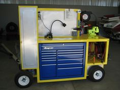 Homemade pit cart intended to accommodate a medium-sized toolbox and equipped with an integral air tank. Primary work surface features a vise. Pneumatic and electrical reels reside in a separate compartment. Garage Tools, Garage Shop, Garage Workshop, Workshop Organization, Garage Organization, Metal Projects, Welding Projects, Tool Storage, Garage Storage