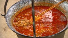 A húst kockára vágjuk, 1 vöröshagymát félreteszünk, a többit felaprítjuk és a szokásos módon pörkölt alapot készítünk.