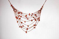 He encontrado este interesante anuncio de Etsy en https://www.etsy.com/es/listing/215246498/red-jasper-necklace-open-thread-necklace