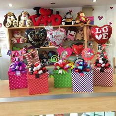Cajas de regalo de diferentes estilos ❤️ #JoliandGift Balloon Basket, Balloon Box, Love Gifts, Gifts In A Mug, Diy Gifts, Gift Bouquet, Candy Bouquet, Valentine Baskets, Valentine Crafts