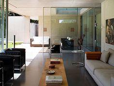 La casa familiar en Sorengo, cerca de Lugano, proyectada por el arquitecto tesinés Attilio Panzeri, es una obra impregnada de la cultura del siglo XX, capaz de abarcar, hábilmente, las enseñanzas de Le Corbusier y las de Louis Kahn, actualizando los rasgos estilísticos de ambos.