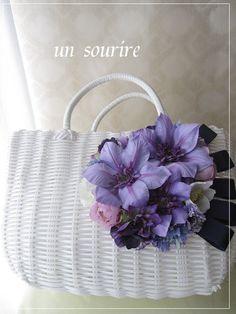 こちらはjjさまのオーダー品となります。ホワイトのカゴバッグにパープル系のお花を集めました。可憐で豪華なカゴバッグとなりました。|ハンドメイド、手作り、手仕事品の通販・販売・購入ならCreema。 Summer Handbags, Summer Bags, Craft Bags, Diy Bags, Tree Bag, Ethnic Bag, Flower Bag, Types Of Bag, Basket Bag