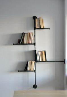 originelle buecherregale minimalistisch in schwarzer farbe ganz praktisch alte buecher