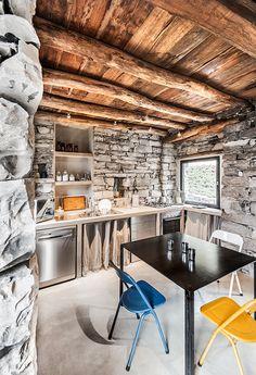 Una casa in pietra sul lago di Como