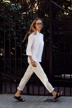 Vanesa Lorenzo for Vogue. Estilo Birkenstock, Birkenstock Outfit, Trousers For Girls, Pants For Women, Casual Chic, Minimale Kleidung, Minimal Outfit, Looks Street Style, Inspiration Mode
