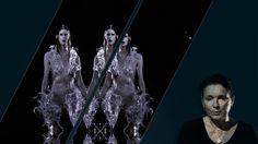Met een combinatie van delicaat handwerk, digitale technologieën en innovatieve materialen creëert Iris van Herpen verfijnde, vaak futuristisch aandoende collecties. Met 3D-geprinte en interactieve kleding onderzoekt ze welke mogelijkheden nieuwe technologieën brengen als het gaat om vorm en beweging. In deze tentoonstelling laat de ontwerper een 3D-geprinte jurk groeien. Dit doet ze met behulp van een magnetische vloeistof – ferrofluïde - die op de taille van de jurk druppelt.