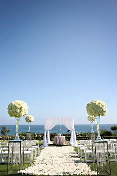 Casamento ao ar livre com vista para o mar! Que inspiração! *-*