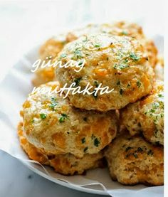 Red Lobster Cheddar Bay Biscuits - Damn Delicious:: simple and super yummy. Add the cayenne. I got 12 not 10 biscuits. Food For Thought, Think Food, I Love Food, Good Food, Yummy Food, Biscuits Au Cheddar, Buttermilk Biscuits, Cheddar Cheese, Red Lobster Biscuits