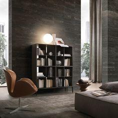 pannelli laterali e top in vetro laccato nero opaco, struttura in legno laccato nero, schienale in specchio grigio e piedini in alluminio laccato nero