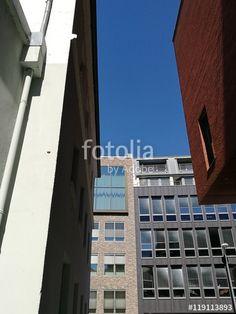 Blick durch eine schmale Gasse auf Fassaden moderner Bürohäuser im Hafenweg in Münster in Westfalen im Münsterland