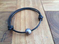 Armband Leder  Süßwasserperle grau von moanda auf DaWanda.com