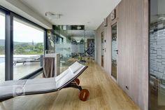 Působivá minimalistická vila leží v kopcovité krajině nad Děčínem. Je navržena a umístěna na rozlehlý pozemek tak, aby si její majitelé mohli maximálně užívat… Leh, Gym Equipment, Fitness, Workout Equipment