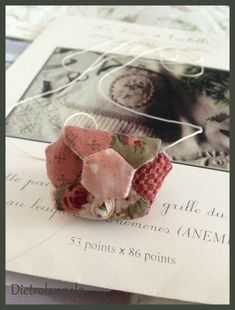 Regali che partono e regali che arrivano! - Dietro l'angolo - don't know what this means, but I do intend to make one! Ornament Tutorial, Little Stitch, English Paper Piecing, Pin Cushions, Textiles, Quilts, Patchwork Quilting, Sewing Projects, Coin Purse
