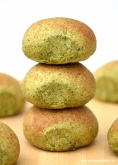 Delicious and healthy oat and spinach homemade bread rolls recipe from Eats Amazing UK - this fun bread is naturally green with no food colourings!