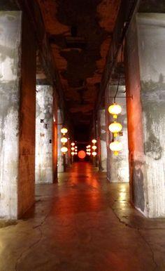 Base Marine de Bordeaux...Détail surréaliste: les lampions de l'exposition du photographe Marc Riboud en Chine !