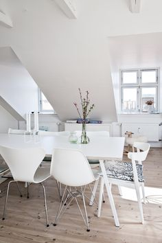 White dining! Love the eames chairs.
