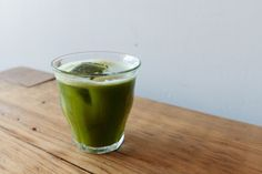 Iced matcha green tea >>> 1 Tsp matcha powder - 2 Tbsp fresh ginger, chopped or grated - 1/2 Cup ice - Juice of 1/2 lime