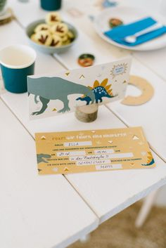 Einladung Dinosaurier Kindergeburtstag Party Box, Partys, Place Cards, Place Card Holders, Birthday, Felder, Leo, Game Pieces, Present Wrapping