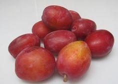 Verse Hollandse pruimen. Helaas niet het hele jaar verkrijgbaar. Eind augustus zijn ze er weer en ze bevatten anti-oxidanten, vezelfs, vitamine B1, B2, B6 en vitamine C. Daar word je mooi van.