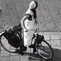 Bromfietsen Nederland. Een vrouw in Spakenburgse klederdracht met een Solex. Datum onbekend.