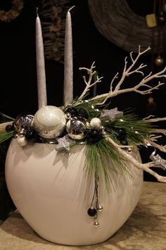 Modern Christmas decorations – photo gallery - Home Page Christmas Flower Arrangements, Christmas Flowers, Christmas Table Decorations, Christmas Candles, Christmas Bulbs, Christmas Crafts, Modern Christmas, Christmas Design, Winter Christmas