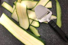Gezonde pastasalade - Makkelijk recept - Leuke recepten Zucchini, Bbq, Vegetables, Food, Pesto Salad, Barbecue, Barrel Smoker, Essen, Vegetable Recipes