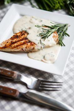 Bylinkovo-sýrová omáčka je jemná, příjemně aromatická a chuťově vyvážená; Jakub Jurdič Barbecue Grill, Grilling, Chutneys, Food And Drink, Sweets, Vegetables, Drinks, Drinking, Beverages