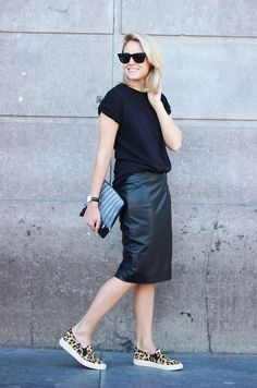 How To Wear Sneakers To Work Leather Skirts Ideas Sneakers To Work, How To Wear Sneakers, Skirt And Sneakers, Sneaker Outfits, Skirt Fashion, Fashion Outfits, Fashion Hacks, Jeans Fashion, Modest Fashion