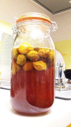 梅シロップ 梅酵素     梅シロップを作っておくと、料理の幅が広がります。梅シロップを作る季節です! 加熱しない方法です。 claptap    材料 (約800ml) 青梅 1kg 砂糖 1kg 作り方   1   *下準備* 青梅は、たっぷりの水で洗ってから、竹串を使いヘタを取ります。他の部分を傷つけないようにしましょう。 2   たっぷりの水に約5時間漬けてあくを抜きます。 3   水気をしっかり拭き取ります。 これで、下準備は終わりです。 漬け込みに入りましょう。 4   *漬け込み* 消毒した容器の底に砂糖をふり入れ、梅を入れて、砂糖を入れ梅を入れ、交互に入れていく。 5   梅が砂糖で完全にかくれるように、砂糖は上にいくほど多く入れていくようにするといい。 6   次の日から、1日に何回か 砂糖が溶けるように、容器をゆすりましょう。毎日ゆすってかき混ぜると梅エキスで早く砂糖が溶ける。 7    10日位で砂糖が完全に溶けて 梅のエキスがたっぷり含まれた水分が引きだされたら完成! 8 砂糖漬けすることにより乳酸菌、酵母菌が増殖します。乳酸菌は乳酸を分泌します。 9…