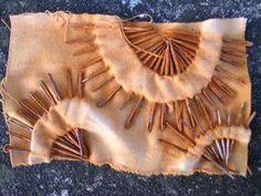 Rusting with needles rust dye eco dye Textile Dyeing, Art Textile, Dyeing Fabric, Shibori, Natural Dye Fabric, Natural Dyeing, Impression Textile, Creative Textiles, Textiles Techniques
